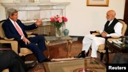 존 케리 미 국무장관(왼쪽)이 하미드 카르자이 아프가니스탄 대통령과 다시 만나 선거 후유증 해소 방안을 논의하고 있다.