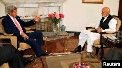 Američki državni sekretar Džon Keri u razgovoru sa predsednikom Avganistana, Hamidom Karzaijem, 12. juli 2014.