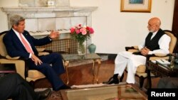 John Kerry (à g.) était à Kaboul ce weekend pour forger un accord entre les deux principaux candidats à l'élection présidentielle en Afghanistan (Photo Reuters)