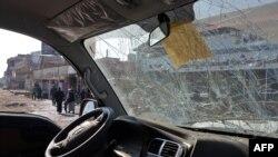 Mobil rusak di lokasi serangan bom mobil di Mosul yang menewaskan tiga orang, 9 November 2018.