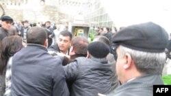 Musavat partiyası fəalları etiraz aksiyası keçirməyə cəhd göstərir - 14 Aprel 2010
