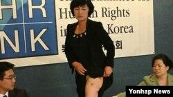 2009년 '북한인권위원회'가 주최한 북한여성 인신매매 인권보고서 기자회견장에서 증언하는 탈북여성 방미선 씨.