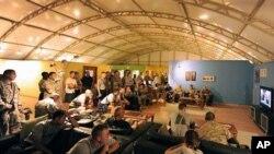 কান্দাহারে যুক্তরাষ্ট্রের বিমান ঘাটিতে সৈন্যরা প্রেসিডেন্ট বারাক ওবামার ভাষণ শুনছে