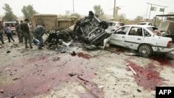 Людська кров та знищені автівки на місці вибуху у місті Кіркук.