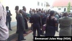 Des avocats venus soutenir l'un de leurs collègues en attente de jugement au Tribunal militaire de Yaoundé, Cameroun, 2 février 2017. (VOA/Emmanuel Jules Ntap)
