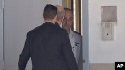 Olmert (u sredini, s leđa) ulazi u zatvor u gradu Ramle