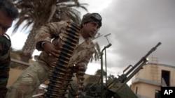 2月26日一名叛离卡扎菲的军人准备战斗