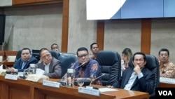 Jumpa pers Komisi XI DPR soal pembentukan panitia kerja pengawas kinerja industri jasa keuangan di ruang rapat Komisi XI di gedung MPR/DPR, Selasa (21/1). (VOA/Fathiyah)