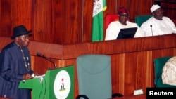 Le président du Nigeria Goodluck Jonathan, à l'extrême gauche, présente le projet de budget 2013 alors que le président du Sénat, David Mark, au centre, et le président de la chambre basse, Aminu Tambuwal le regardent lors d'une session du Congrès à Abuja, octobre 2013.