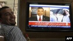 Một người đàn ông Jordan vui mừng khi xem tin về vụ triệt hạ thủ lãnh al-Qaida Osama bin Laden tại một quán cà phê ở Amman, ngày 2/5/2011
