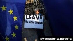 Pristalica Brexita pred britanskim parlamentom, foto Reuters/Dylan Martinez