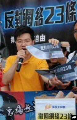 發起遊行的新民主同盟副召集人范國威手持象徵修訂條例是惡法的紙製豬肉刀,促請香港特區政府撤回修訂條例
