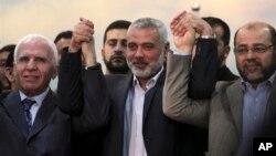 Pejabat senior Hamas, mantan PM Palestina Ismail Haniyeh (tengah) dan Wakil Ketua Hamas, Moussa Abu Marzouk (kanan/ foto: dok). Hamas menyambut baik keputusan Mahkamah Uni Eropa.