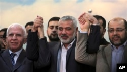 Pemimpin senior Fatah Azzam al-Ahmad (kiri), PM Hamas di Gaza Ismail Haniyeh (tengah) dan pemimpin senior Hamas Moussa Abu Marzouk seusai mengumumkan kesepakatan kedua kelompok di Gaza, 23 April 2014 (Foto: dok).