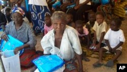 아프리카 잠비아 세쉐케에서 여성들이 모기망을 분배받고 있다.