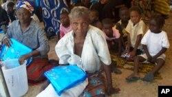 Ảnh tư liệu - Những người phụ nữ cầm chiếc màn chống muỗi sau khi nhận được tại một điểm phân phát ở Sesheke, Zambia, ngày 30 tháng 9 năm 2010.