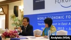 Menteri Koordinator Bidang Perekonomian Sofyan Djalil di sela-sela acara World Economic Forum, Jakarta, Selasa, 21 April 2015. (Foto:VOA/Andylala)