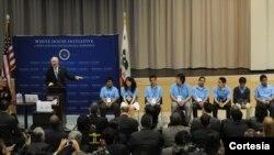 El secretario del Interior, Ken Salazar, habla a los participantes en la cumbre efectuada el mes pasado en Los Angeles, California.