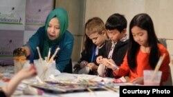 Wita Salim (kiri) saat mengajarkan cara membatik kepada anak-anak di Washington, D.C. (dok: Wita Salim)