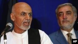 8일 아프가니스탄 카불에서 아슈라프 가니 후보(왼쪽)가 압둘라 압둘라 대선 후보와 통합정부 구성을 위해 노력하기로 합의했다고 밝히고 있다.