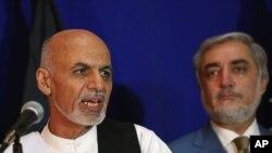 지난 8월8일 아프가니스탄 카불에서 아슈라프 가니 후보(왼쪽)가 압둘라 압둘라 대선 후보와 통합정부 구성을 위해 노력하기로 합의했다고 밝히고 있다.