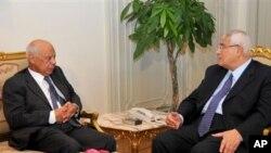 Hazem el-Beblawi (kiri) menghadap Presiden interim Mesir Adly Mansour (kanan) di Kairo, Mesir (9/7). (AP Photo/Kantor Kepresidenan Mesir). PM sementara Mesir, Hazem el-Beblawi mulai berupaya membentuk kabinetnya, Rabu (10/7).