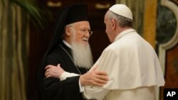 Rim Papasi Frensis Konstantinopol patriarxi Varfolomey I bilan uchrashmoqda, 20-mart, 2013-yil.