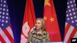 克林顿国务卿称国债问题会得到解决
