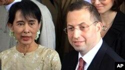 មេដឹកនាំប្រជាធិបតេយ្យ លោកស្រី អោង សាន ស៊ូជី (Aung San Suu Kyi) (ឆ្វេង) ជូនដំណើរលោក Derek Mitchell អ្នកតំណាងពិសេសរបស់សហរដ្ឋអាមេរិកប្រចាំប្រទេសភូមា នៅក្រោយពីជំនួបឯគេហដ្ឋានរបស់លោកស្រីនៅទីក្រុងរង់ហ្គូន កាលពីថ្ងៃទី១២ ខែកញ្