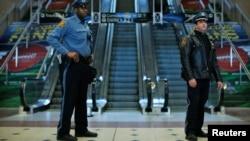 Agentes de policía vigilan en la estación del metro de Secaucus, en Nueva Jersey.