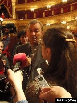大剧院总裁乌林(中)被记者包围 (美国之音白桦拍摄)