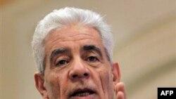 Ông Koussa từng là một người bạn gần gũi với ông Gadhafi và từng làm người đứng đầu ngành tình báo cho nhà lãnh đạo Gadhafi hơn một chục năm