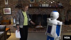 올가 로벗슨 씨가 인공지능 가사 간병인 로봇 '루디'와 집에서 즐거운 시간을 보내고 있다.