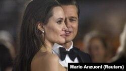 """L'actrice et militante Angelina Jolie et son mari Brad Pitt lors de la première de """"By the Sea"""" à Hollywood, en Californie, le 5 novembre 2015."""