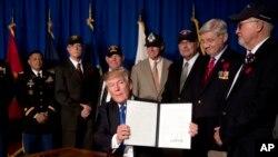 Desde Vietnam, el presidente Donald Trump rinde tributo a los veteranos de guerra.