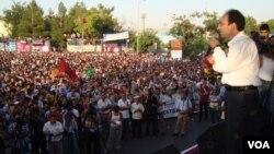 Դիարբեքիրի քաղաքագլուխ Օսման Բայդեմիրը հանդես է գալիս ցույցի մասնակիցների առջև ()