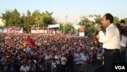 Bajarvanê Dîyarbekirê Osman Baydamîr di civîneke girseyî de xwane dibe