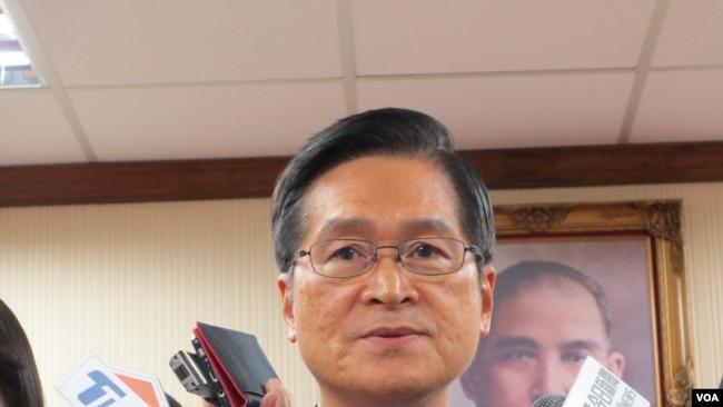 台国防部长:美舰穿越台湾海峡是自由航行