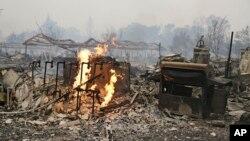 Rumah-rumah dan komplek apartemen di Middletown, California hangus akibat kebakaran hutan di sana (13/9).