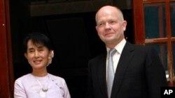 버마의 야당 지도자 아웅 산 수 치 여사와 악수를 나누는 윌리엄 헤이그(우) 영국 외무장관