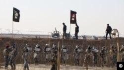 Cảnh sát Iraq đứng canh bên ngoài trại Ashraf của Tổ chức Thánh chiến Nhân dân Iran ở đông bắc Baghdad (Ảnh tư liệu tháng 12 năm 2011)