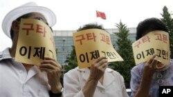 1일 서울 주재 중국대사관 앞에서 중국 공안의 북한인권운동가에 대한 가혹행위 의혹에 항의하는 탈북자들.