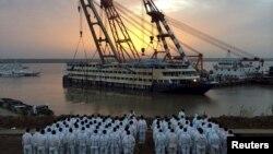Спасатели стоят на берегу Янцзы, ожидая когда теплоход «Восточная звезда» будет окончательно поднят на поверхность. Китай. 5 июня 2015 г.