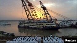 Nhân viên cứu hộ đứng chờ chiếc tàu Ngôi Sao Phương Đông được kéo lên, ở tỉnh Hồ Bắc, Trung Quốc, 5/6/2015.