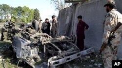Tentara Pakistan tengah memeriksa lokasi ledakan bom di Quetta, Pakistan, Senin (13/5). Serangan bom bunuh diri di dekat rumah kepala kepolisian provinsi Baluchistan ini menewaskan sedikitnya enam orang dan melukai 26 lainnya.