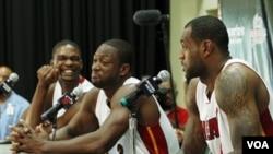 Las estrellas de Miami Heat, Chris Bosh, Dwyane Wade y LeBron James durante la conferencia de prensa en Coral Gables, Florida.