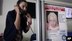 21일 그리스 아테네의 한 미아 찾기 단체에 집시촌에서 발견된 금발 여자 아이의 사진이 붙어있다.