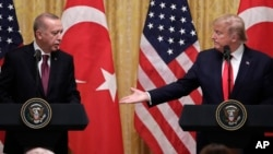 Rais wa Marekani Donald Trump, kulia, na Rais wa Uturuki Recep Tayyip Erdogan wakiwa White House Jumatano Novemba 13, 2019.(AP Photo/ Evan Vucci)
