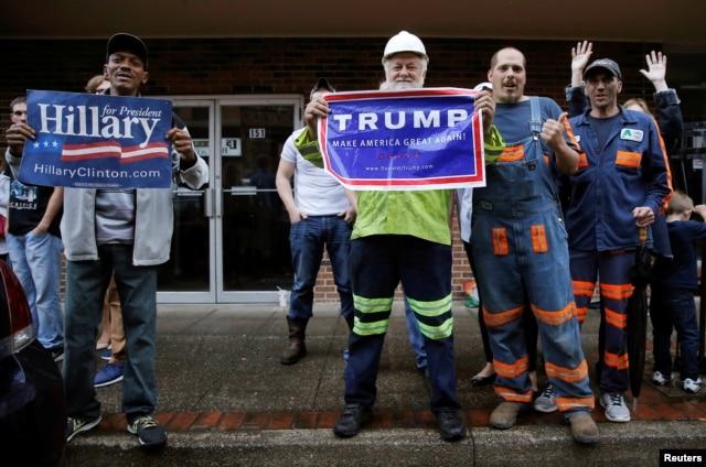 Những người ủng hộ bà Clinton và ông Trump bên ngoài một sự kiện vận động tranh cử ở Williamson, bang West Virginia, ngày 2 tháng 5, 2016.