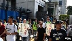 約600名社工及市民遊行到元朗警署就元朗西鐵站襲擊途人事件報案。(美國之音湯惠芸拍攝)